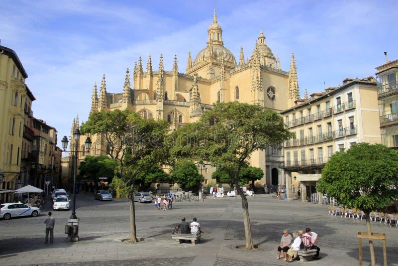 Fyrkant framme av Catedral de Segovia royaltyfria bilder