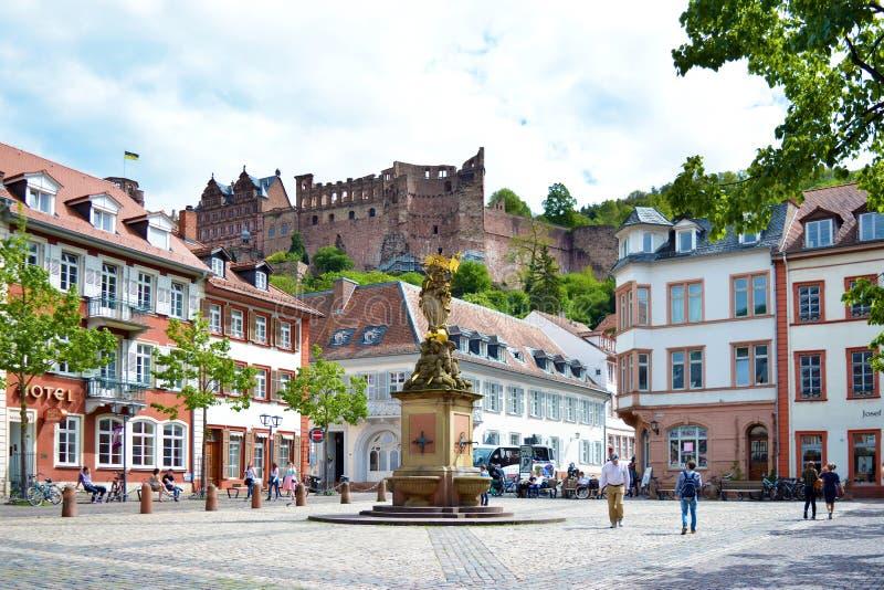 Fyrkant kallade 'Kornmarkt 'i gammalt centrum med folk som förbi går, springbrunnen med den guld- madonnastatyn och sikt på histo royaltyfri bild