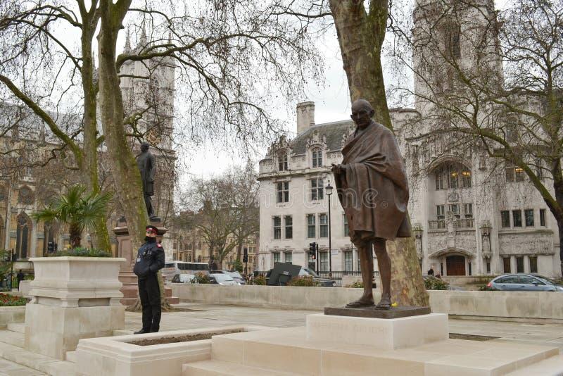 Fyrkant London för statyMahatma Gandhi parlament arkivfoton
