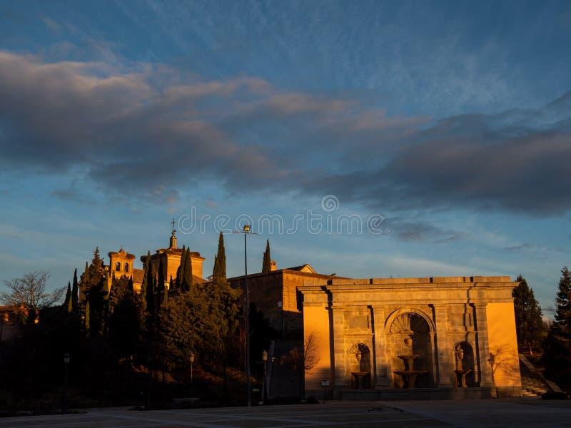 fyrkant och fondinen framför Palacio Infante D. Luis arkivbilder