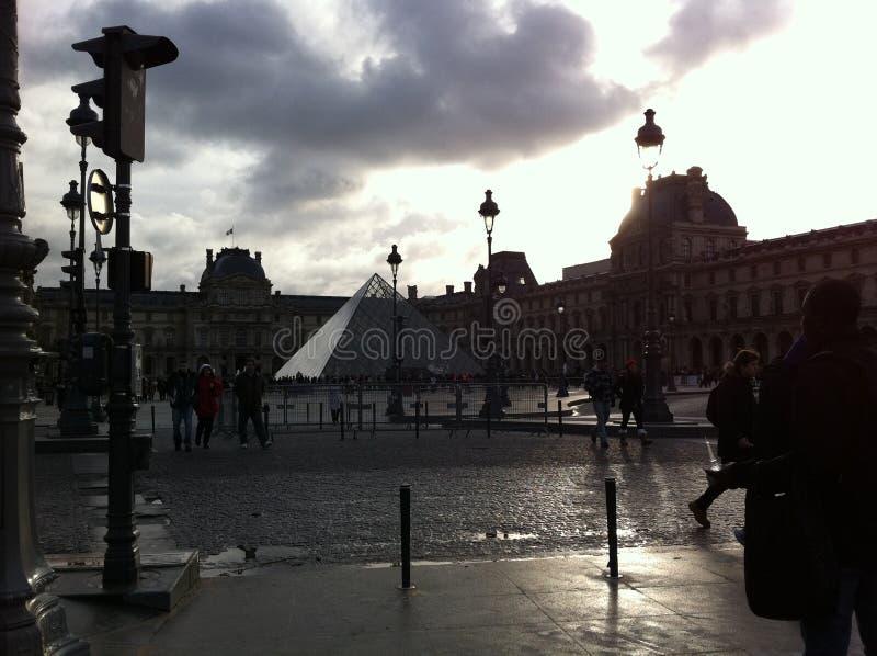 Fyrkant på Louvremuseet royaltyfri bild