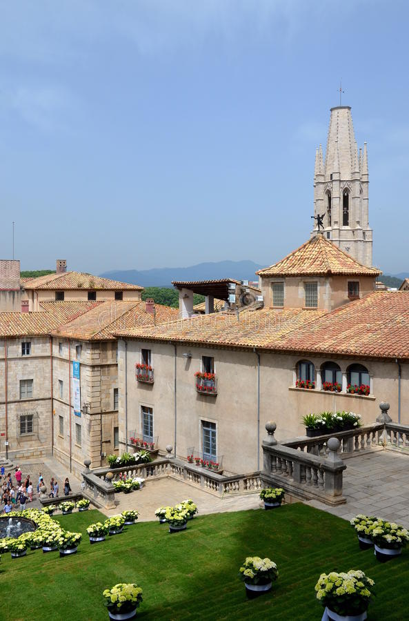 Fyrkanten av domkyrkan av Girona under årlig blommafestival arkivbild