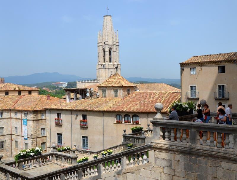 Fyrkanten av domkyrkan av Girona under årlig blommafestival royaltyfri bild