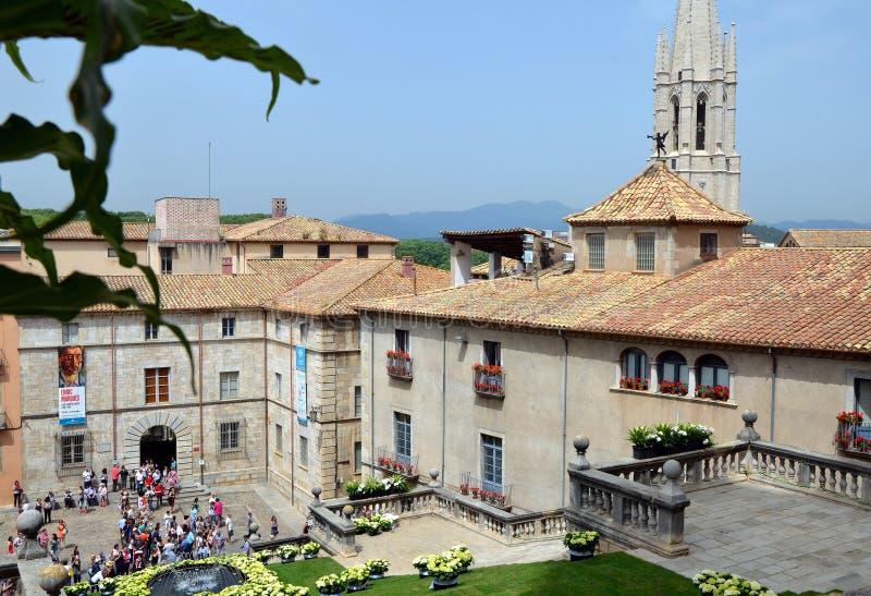 Fyrkanten av domkyrkan av Girona under årlig blommafestival royaltyfri foto
