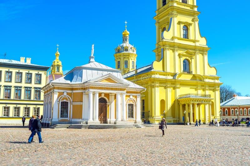Fyrkanten för Peter och Paul Cathedral i helgonet Petersbu royaltyfri fotografi