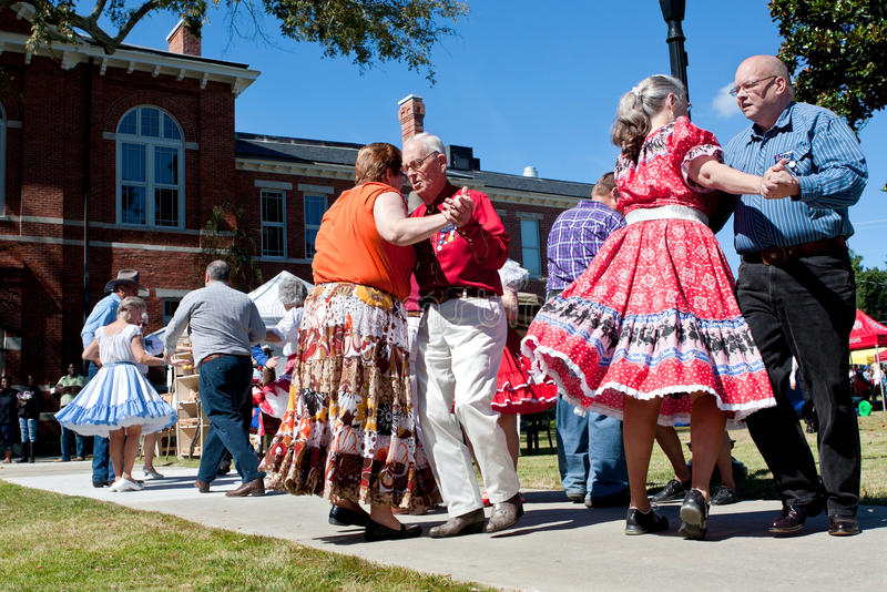 Fyrkantig dans för pensionärer på den utomhus- händelsen royaltyfri bild