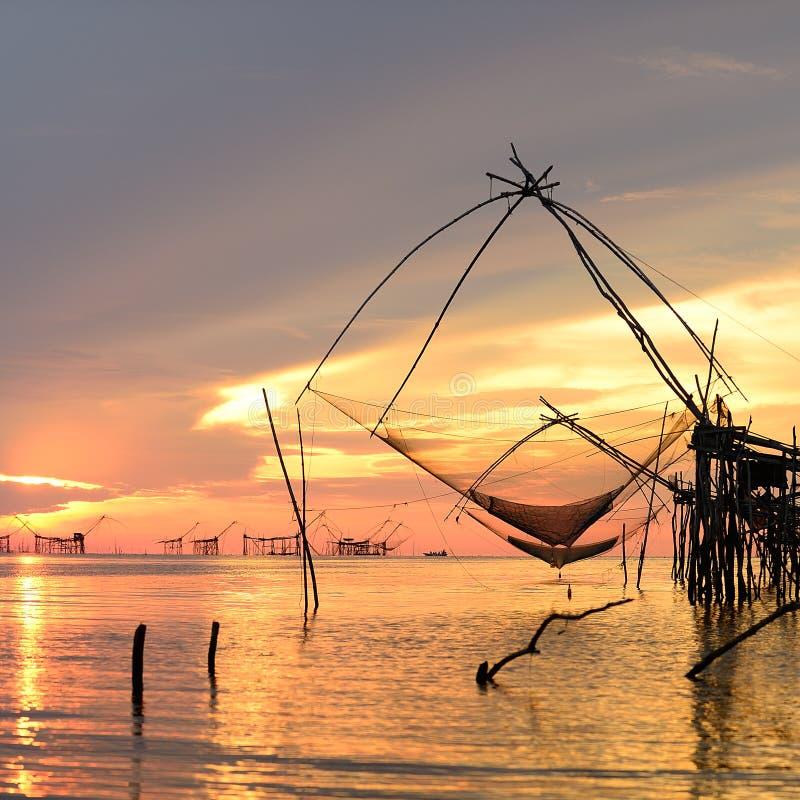 Fyrkantig netto låsfisk för dopp under soluppgång royaltyfria bilder