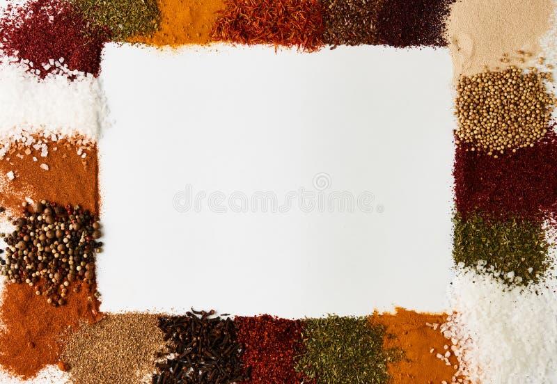 Fyrkantig ramsammansättning av kryddor och örter arkivfoto