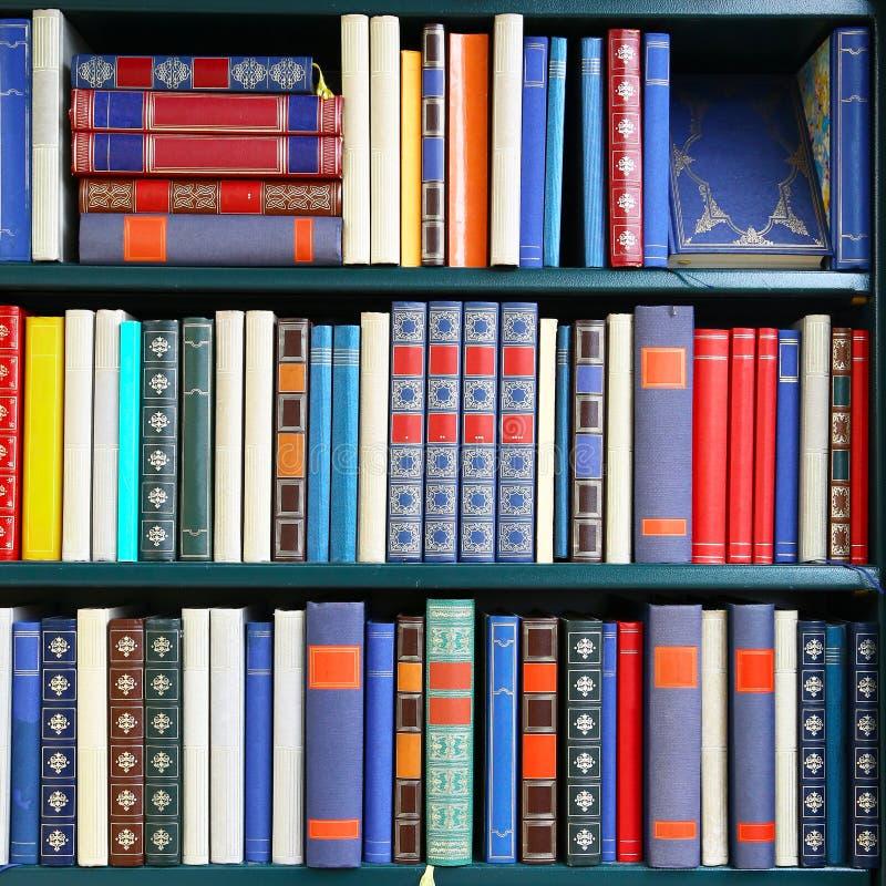 Fyrkantig sammansättning av gamla böcker på ett arkiv royaltyfri bild