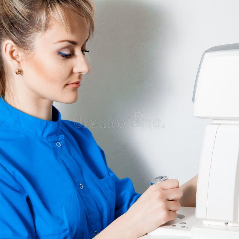 Fyrkantig stående av den härliga kvinnliga doktorn i process av att arbeta royaltyfri foto