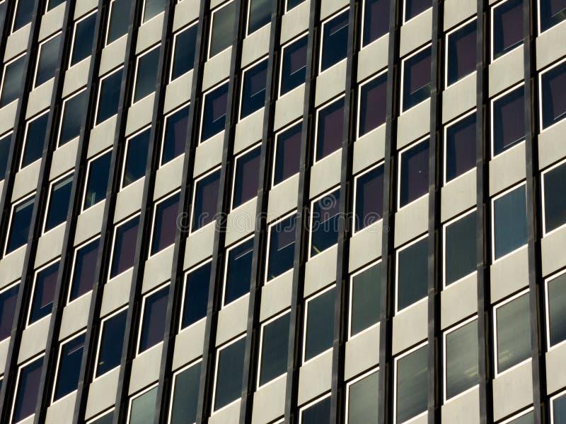 Fyrkantiga fönster för högväxt byggnad för en bakgrund fotografering för bildbyråer