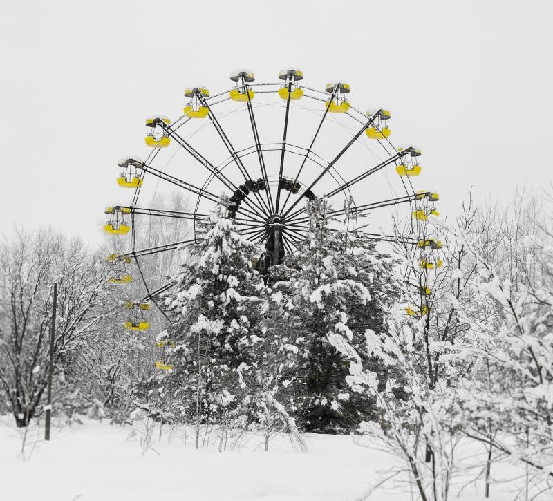 Fyrkantiga radioaktiva ferris rullar in den Prypiat bakgrundsbakgrunden fotografering för bildbyråer