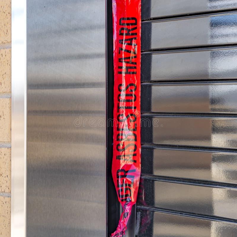 Fyrkantigt ramslut upp av fönstret av en byggnad med säkerhetsrullslutaren royaltyfria bilder