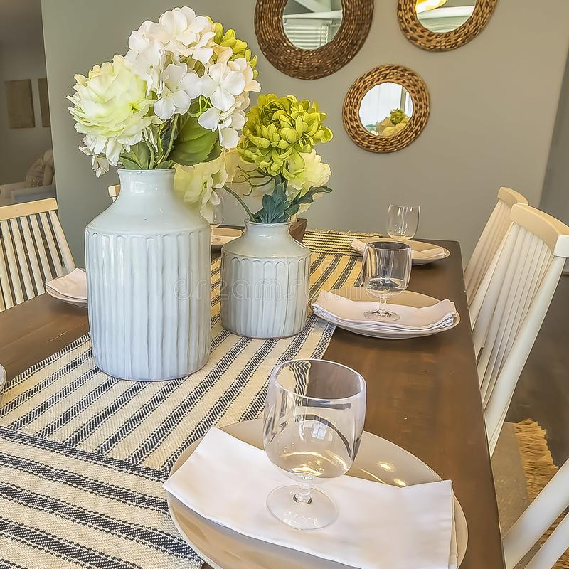 Fyrkantigt slut upp av en härlig tabell som ställer in på matsalen av ett hem arkivbild