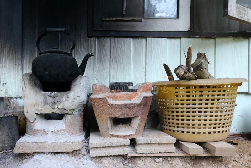 Fyrpanna i det lokala huset arkivfoto