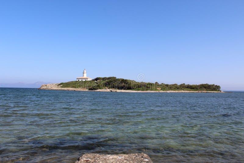Fyrsikt på den lilla ön i norr Mallorca arkivfoton