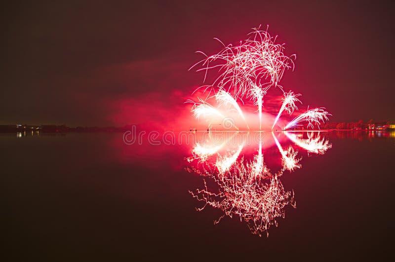 Fyrverkeri med reflexion i ett vatten royaltyfria bilder
