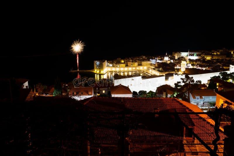 Fyrverkeri på helgdagsaftonen för nya år i Dubrovnik, Kroatien royaltyfria bilder