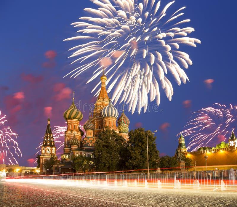 Fyrverkerier över den Sanka basilikadomkyrkatemplet av basilika den välsignade röda fyrkanten, Moskva, Ryssland royaltyfri foto