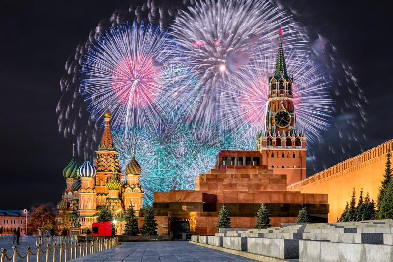 Fyrverkerier över MoskvaKreml för ferien arkivbild