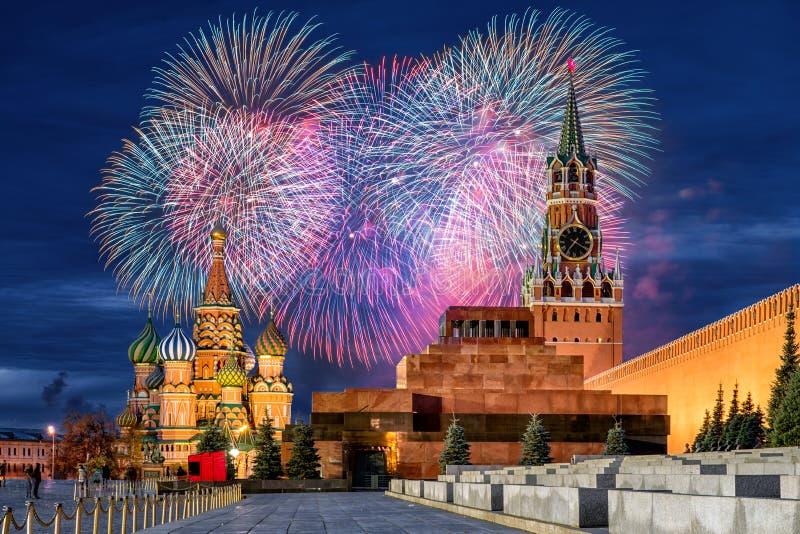 Fyrverkerier över MoskvaKreml för ferien fotografering för bildbyråer