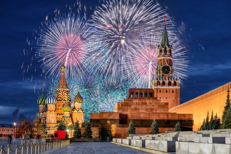 Fyrverkerier över MoskvaKreml för ferien arkivfoton