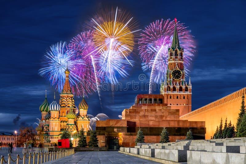 Fyrverkerier över MoskvaKreml för ferien royaltyfri foto