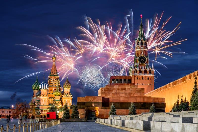 Fyrverkerier över MoskvaKreml för ferien royaltyfri fotografi