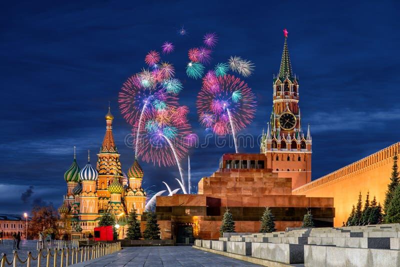 Fyrverkerier över MoskvaKreml för ferien royaltyfri bild