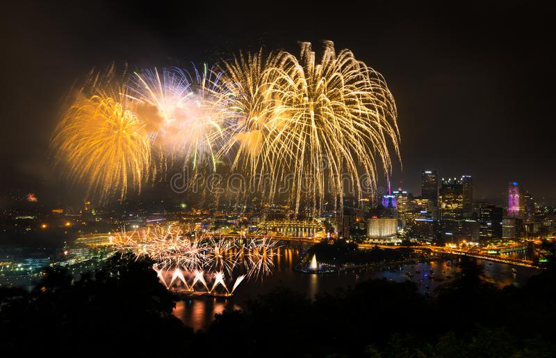 Fyrverkerier över Pittsburgh för självständighetsdagen royaltyfri bild