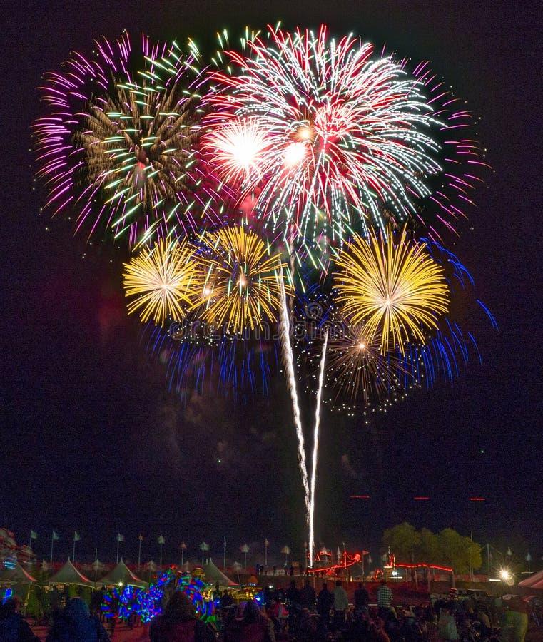 Fyrverkerier Albuquerque ballongFiesta royaltyfria foton