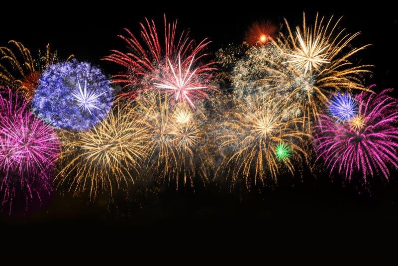 Fyrverkerier för beröm för nytt år färgrika arkivfoton