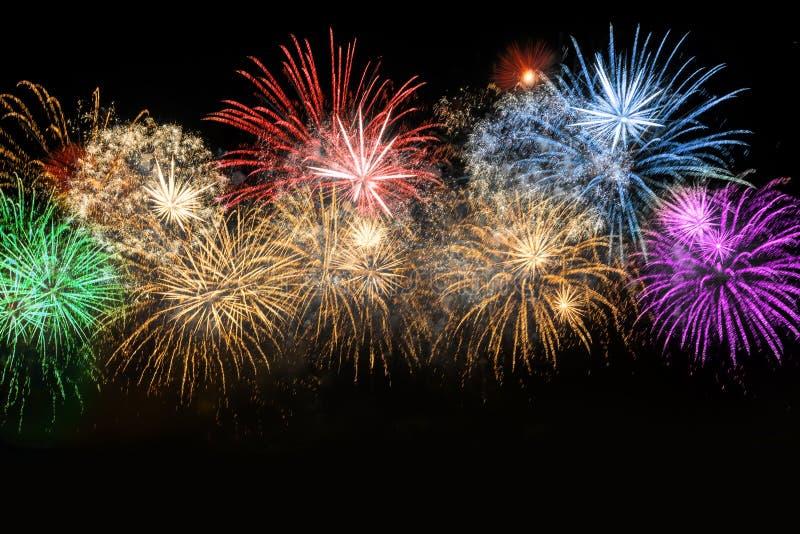 Fyrverkerier för beröm för nytt år färgrika royaltyfria foton