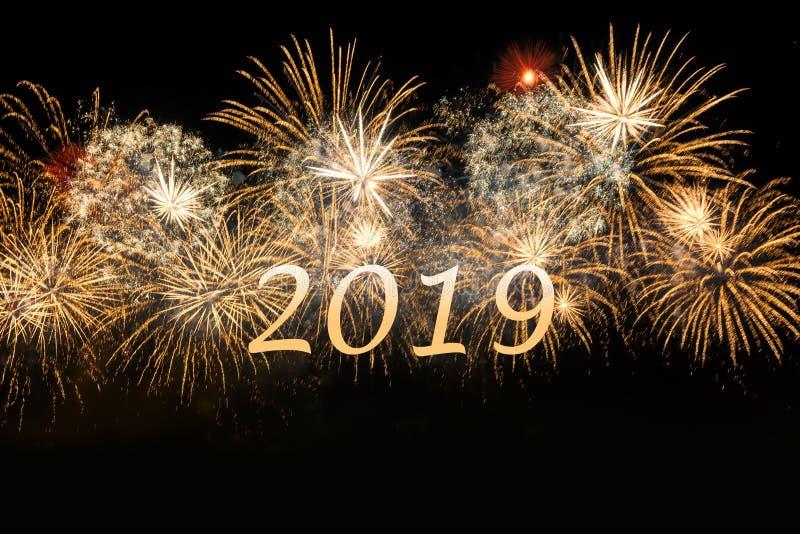 Fyrverkerier 2019 för beröm för nytt år guld- royaltyfria foton