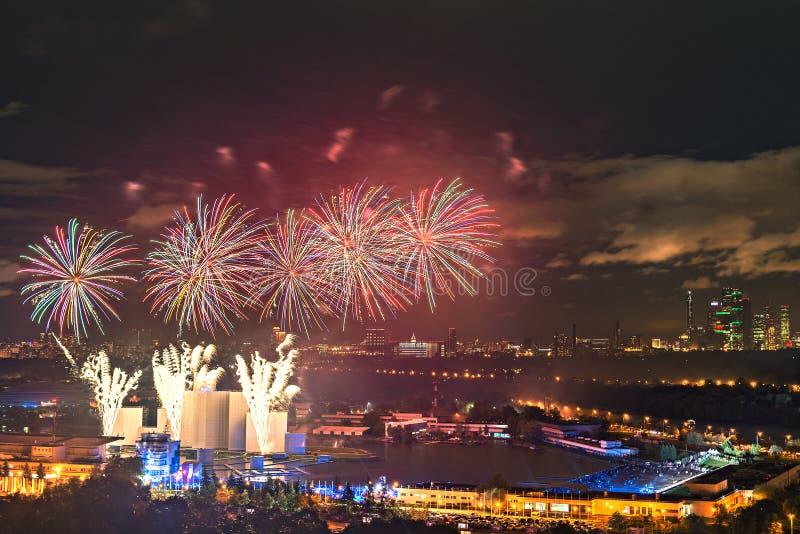 Fyrverkerier för fri internationell festivalcirkel för öppen luft av ljus vid den Grebnoy kanalen Japansk pyroteknikshow royaltyfri bild