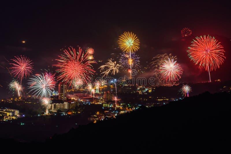 Fyrverkerier för nytt år över Karon sätter på land, Thailand royaltyfri foto