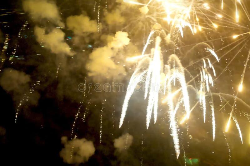 Fyrverkerier för nytt år, inom sikt av fyrverkerier arkivfoto