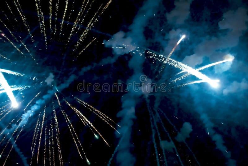 Fyrverkerier för nytt år, inom sikt av fyrverkerier royaltyfria foton