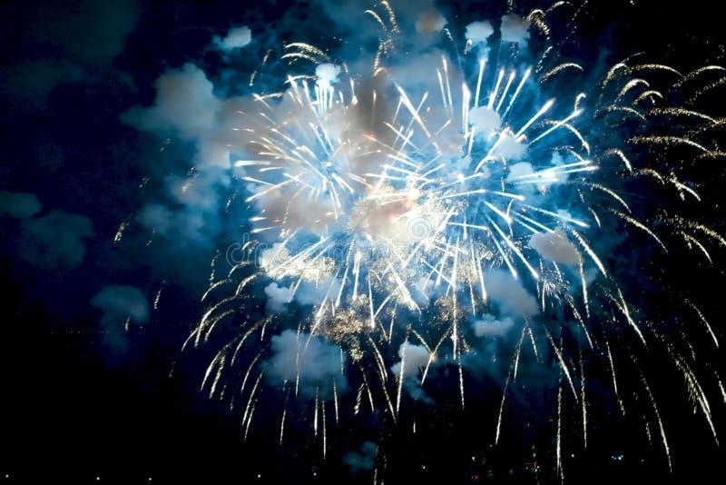 Fyrverkerier för nytt år, inom sikt av fyrverkerier royaltyfri fotografi