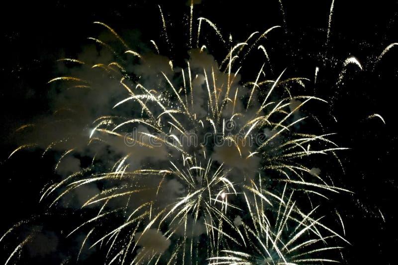 Fyrverkerier för nytt år, inom sikt av fyrverkerier royaltyfri foto