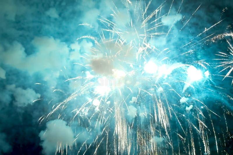 Fyrverkerier för nytt år, inom sikt av fyrverkerier royaltyfri bild