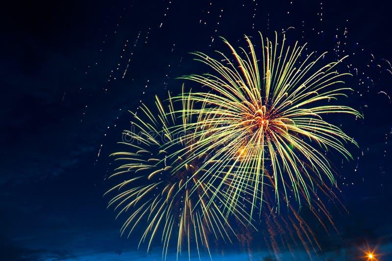 Fyrverkerier fem - fem fyrverkerier spränger på 4th av Juli beröm i Förenta staterna royaltyfri fotografi