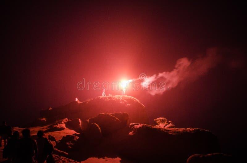 Fyrverkerier i mitt av en äventyrlig natt arkivbilder