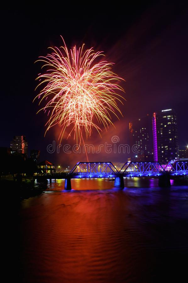 Fyrverkerier i staden över bron royaltyfri foto