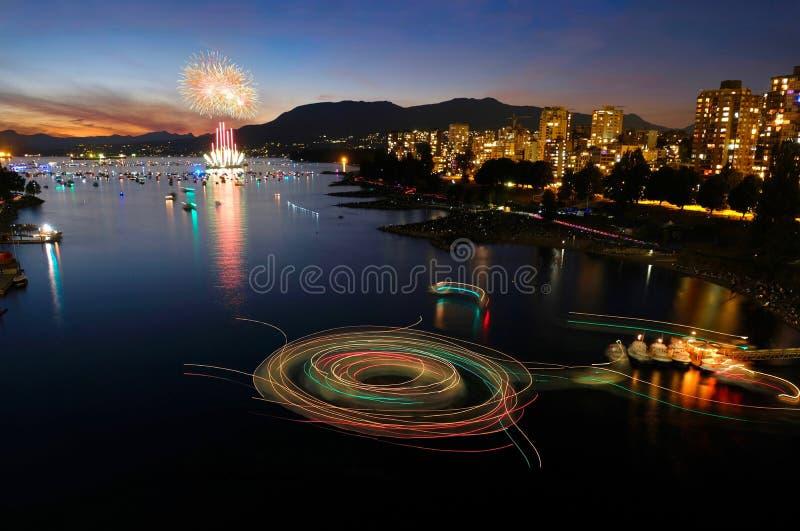Fyrverkerier i Vancouver och färjatreks på vattnet på natten royaltyfri bild