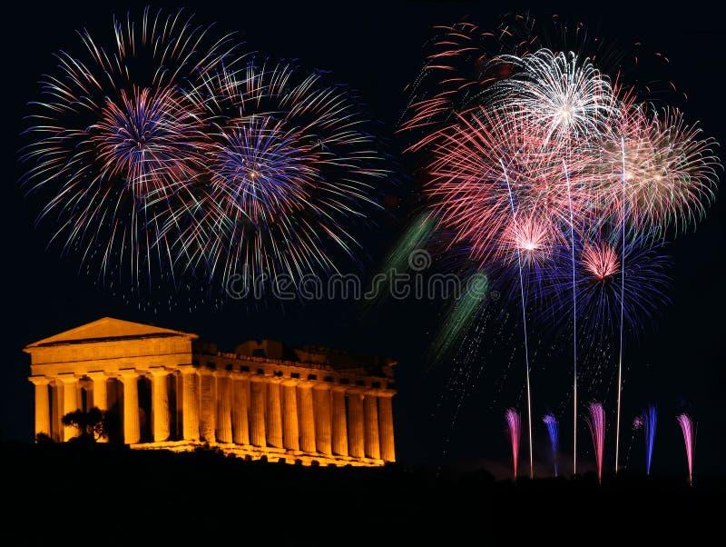Fyrverkerier med den grekiska templet royaltyfria bilder