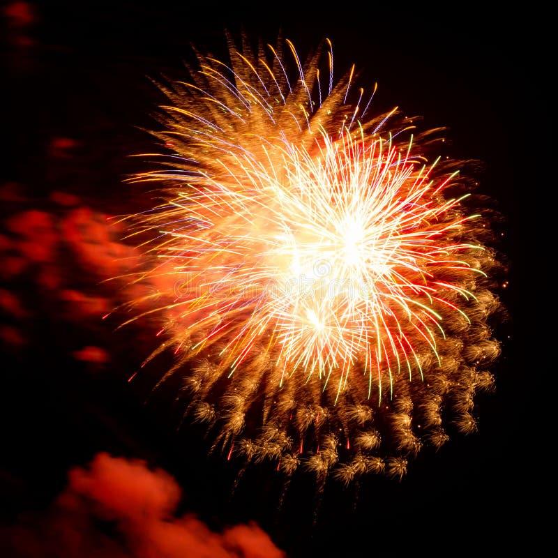 Fyrverkerier med enkla, röda, gröna och guld exploderar under en självständighetsdag i Förenta staterna arkivfoto