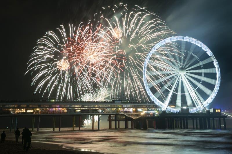 Fyrverkerier med Ferris Wheel på stranden i Scheveningen, Haag, Holland arkivbilder