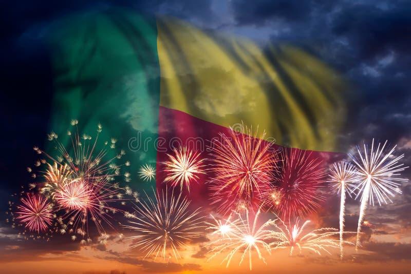 Fyrverkerier och flagga av Benin royaltyfri foto