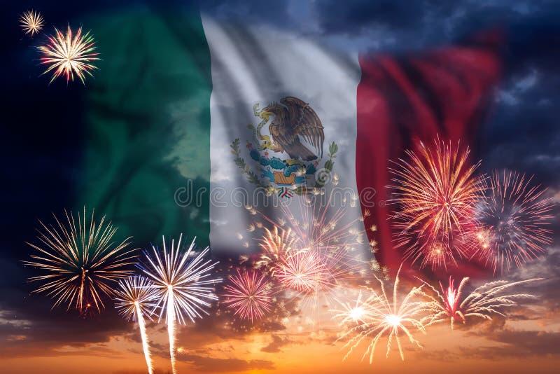 Fyrverkerier och flagga av Mexico arkivbilder